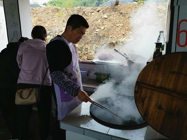 大厨正在做饭